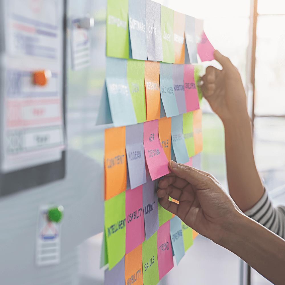 I prosessen av å utarbeide en digital strategi kartlegger vi hvilke tiltak som må iverksettes, for å nå din bedrifts digitale mål.